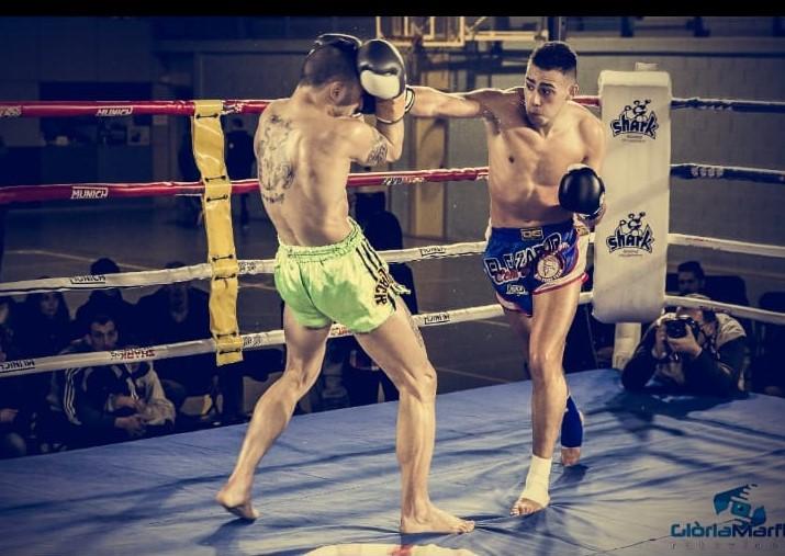 Dos peleadores en un intercambio de puño en el Ring.